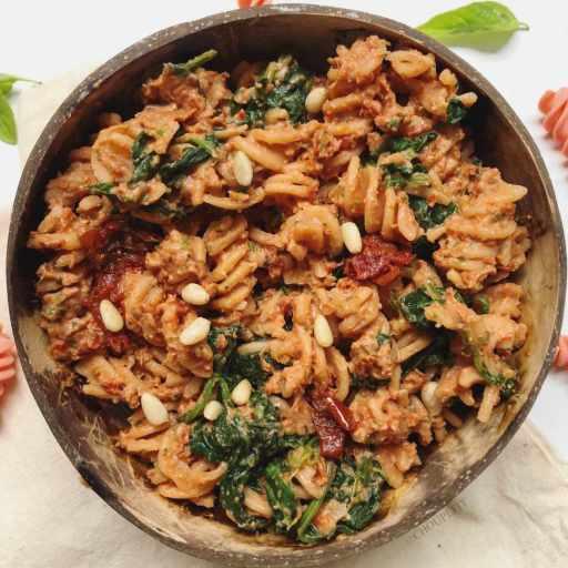 recette healthy et végétarienne de pâtes au pesto rouge à base de tomates séchés et fromage frais sans crème et sans gluten