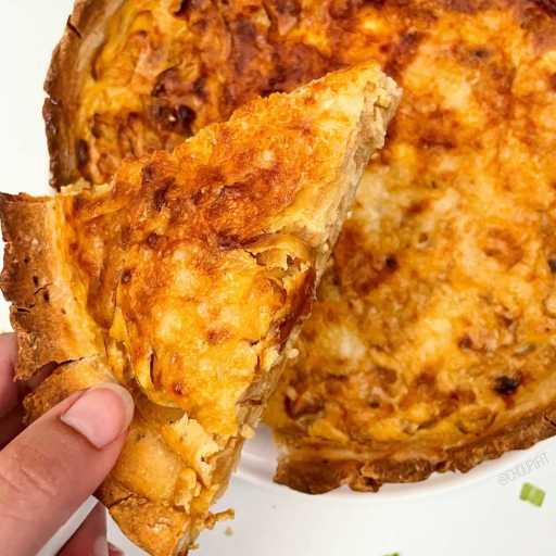 recette healthy et végétarienne de quiche aux oignons caramélisés sans beurre et sans crème fraîche