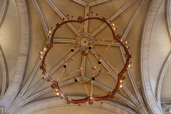grand lustre-couronne dans l'église Saint Ambroise