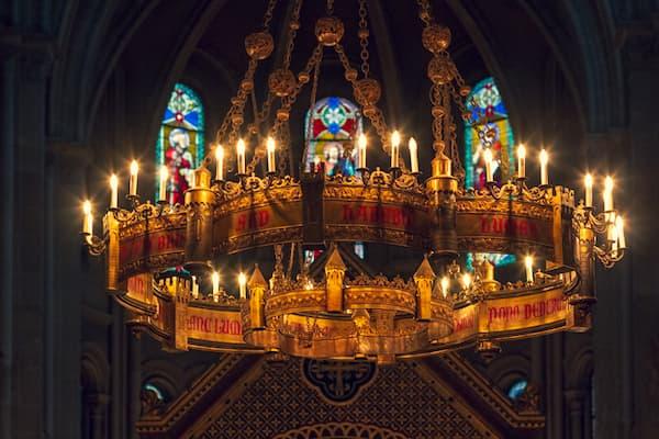 grand lustre-couronne dans l'église Saint Ambroise restauré