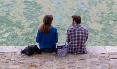 jeune couple assis au bord de la Seine