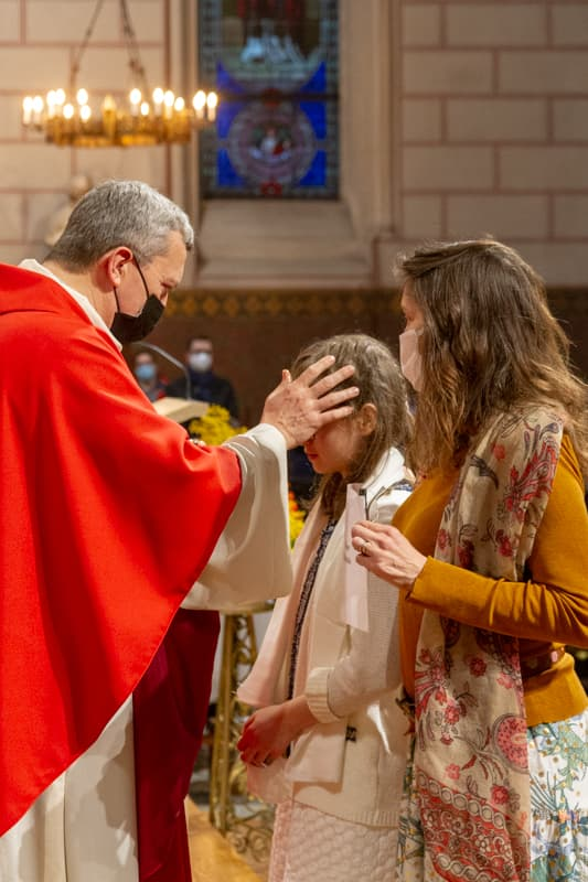 Mgr Benoit de Sinety lors de la sacrement de la Confirmation à Saint Ambroise