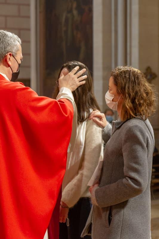Mgr Benoit de Sinety lors de la sacrement de la Confirmation