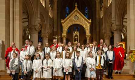 Photo de groupe de la confirmation des jeunes de Saint-Ambroise