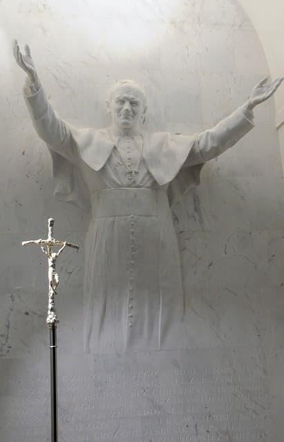Jean Paul II Statue