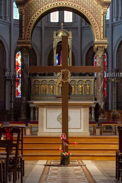 croix avec la couronne d'épine pour une méditation