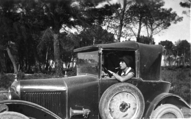 Louise THUS au volant d'un cabriolet Citroën 1924.