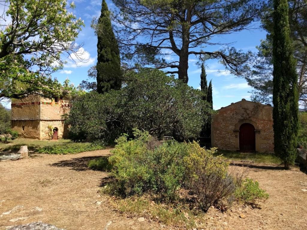 La Grande terrasse, située à l'Est, accueille le pigeonnier, à gauche, et la chapelle, à droite.