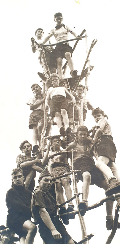 Veille photo en noir et blanc de scouts sur un piloti