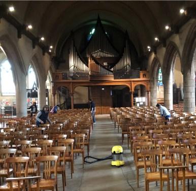 l'équipe de ménage au travail pour rendre l'église saint Hélier toujours plus propre