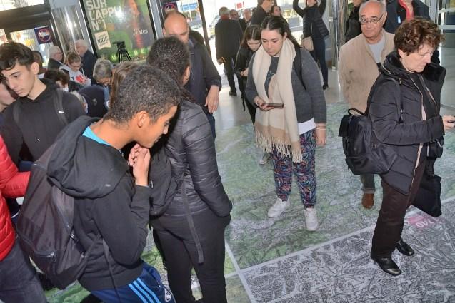 L'inauguration de la carte géante IGN sur le sol de la gare SNCF, vendredi matin.