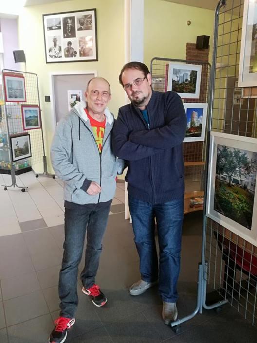 Le médiateur social Olivier Besin (à droite) a accompagné Hervé Legrix tout au long de ce projet photographique.