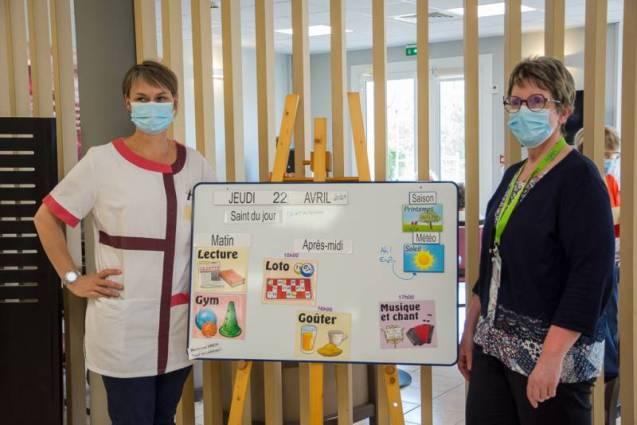 Remise de l'éphémaride offert par la VMEH Saint Dié représentée par sa responsable locale Sylvie Ferry (à droite)