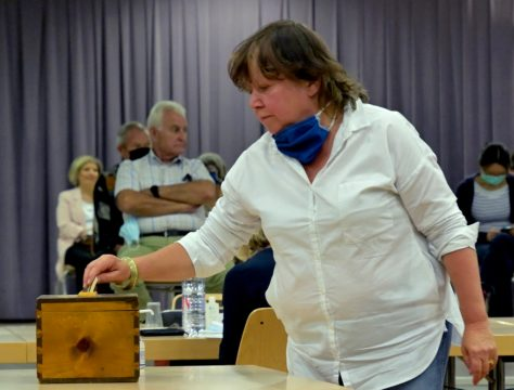 Mme Yvette Lathuilière de SainteFoyAVENIR dépose son bulletin de vote.