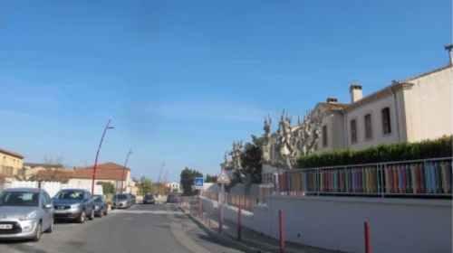 La rue des écoles en face de l'école Les Platanes de Saint Genis des Fontaines
