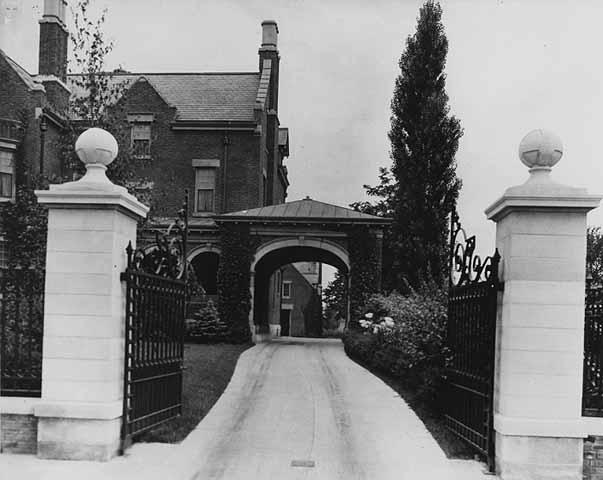 Irvine house driveway c 1912