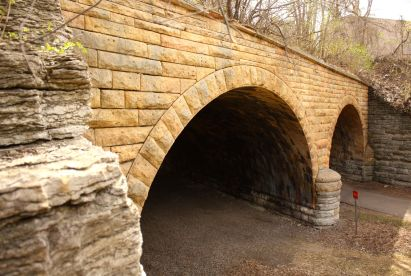 Two types of Minnesota limestone were used in the construction of the bridge. The walls outside the tunnels and parallel to the paths are grey limestone quarried in Saint Paul while the bulk of the structure is Kasota limestone. (8)