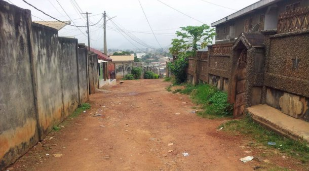 Une rue dans le quartier Nkolnda (Photo de Steeve Winner)
