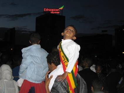 Todo mundo curtindo, com branco e as cores da Etiopia