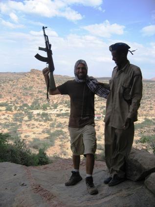 Nao e treinamento Taliban, e so escolta armada pela Somalilandia!