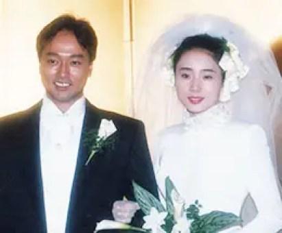結婚披露宴の際のウェディングドレスを着ている藤吉久美子の画像