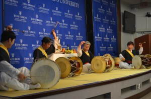 On September 25, renowned musician and Korean folk artist master Kim Duk Soo (pictured 2nd from right) performed with his team at SAIS Washington.