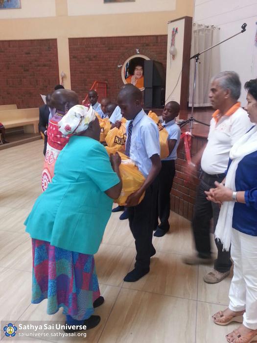 Kenya - Students serving elderly ladies, Kisaju