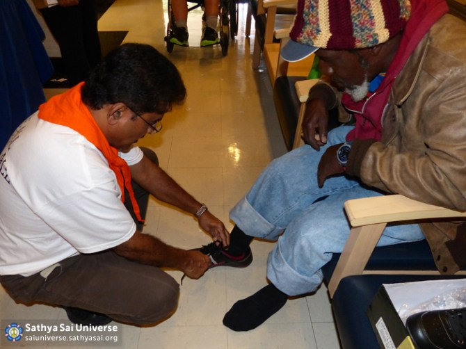 Z1 USA Florida Podiatry Volunteer fitting shoes