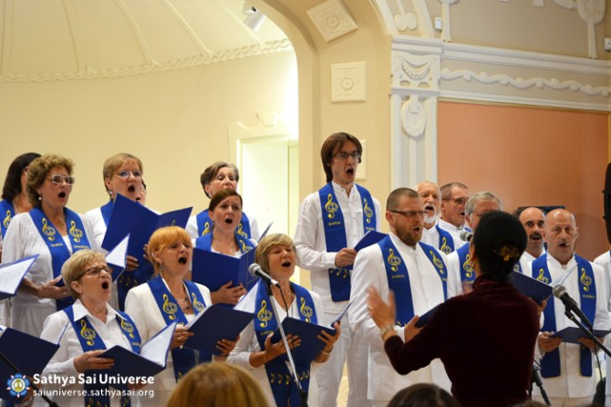 Z7 Lithuania - Sarva Dharma Choir singing