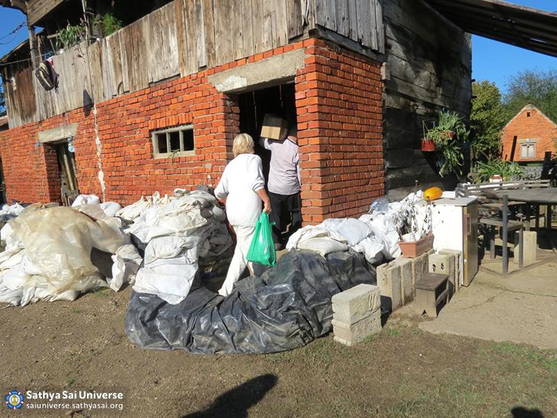 Croatian volunteers bringing humanitarian aid to the Letovanic village III 18.10.14