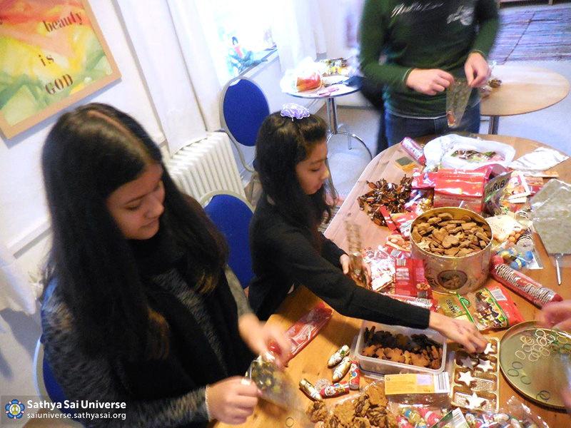 Sai Youth of Hamburg Germany packed 270 christmas packages for refugee kids in Kufstein Austria 2