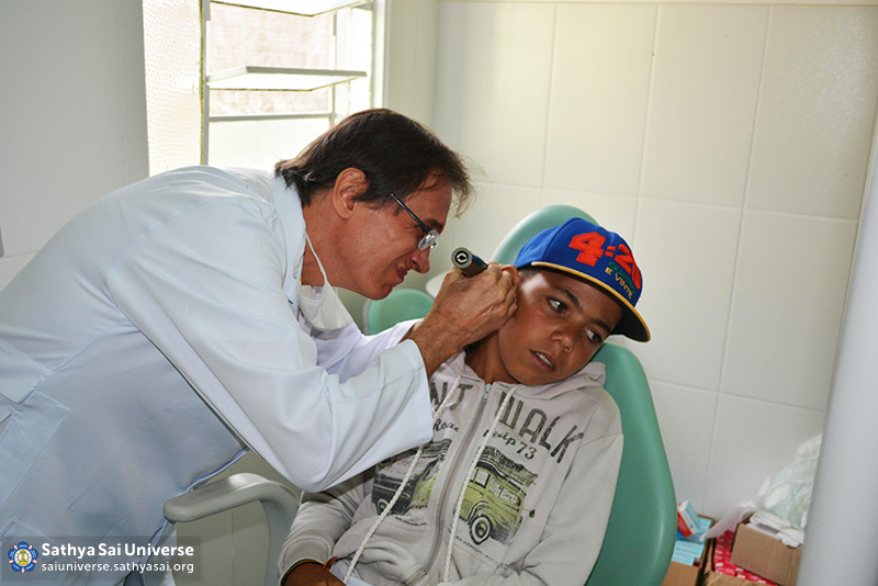 Z2B-Brazil-2015-06-Northeast Committee - Doctor Doing hearing Test (1)