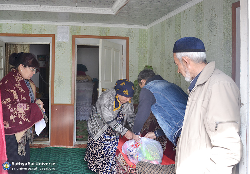 2016-04-08-10-z8-kazahstan-24th-national-volunteer-camp-distribution-of-social-packages-to-large-families-the-disabled-the-elderly
