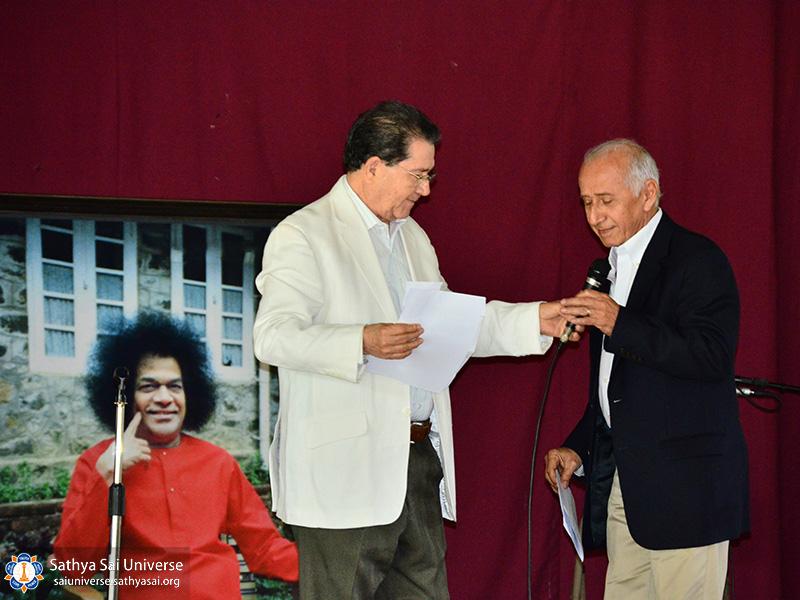 2a-zone-el-salvador-2016-november-27-07-ceremony-master-eduardo-umana-giving-microphone-to-first-speaker-dr-hector-castaneda-copy
