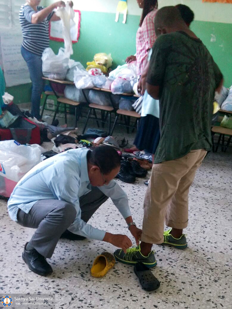 2a-zone-2016-november-19-dominican-republic-measuring-shoes-copy