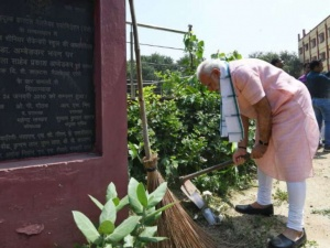 Swachhata-hi-Seva-Movement-PM-Narendra-Modi-talks-to-Amitabh-Bachchan-and-Ratan-Tata-sanata news