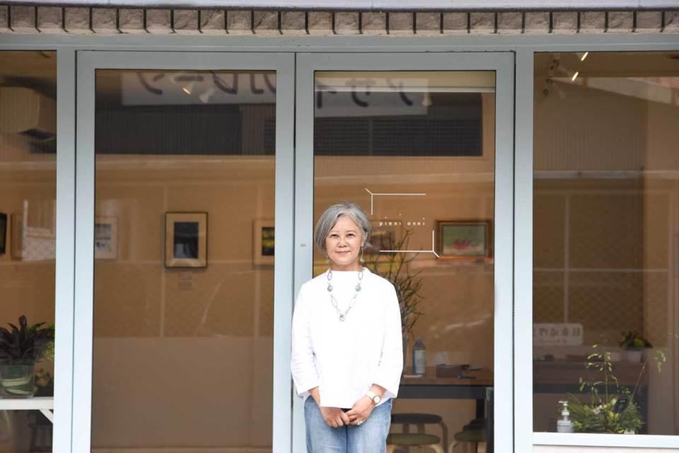 お店の前に立つオーナーの写真家沢田ひろみさん