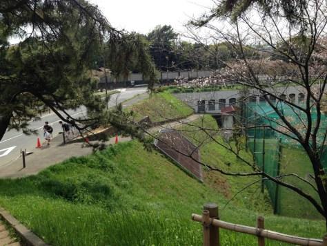 喰違見付から。真田堀は戦災の瓦礫で埋め立てられ、上智大学真田堀グランドとなっています。