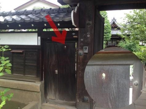 三崎坂坂上の長久院山門。これは内側から外側に向かって発射された弾痕。もしかすると彰義隊のものか?
