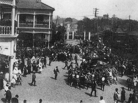 大蔵省に入る大正五年(1916年)の神輿振り