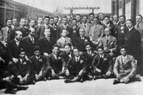 パリの日本大使館にて在留邦人と記念撮影。