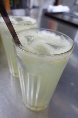 お好みでレモンシロップを。入れても入れなくても美味しいです。入れてもくどい甘さにはなりません。