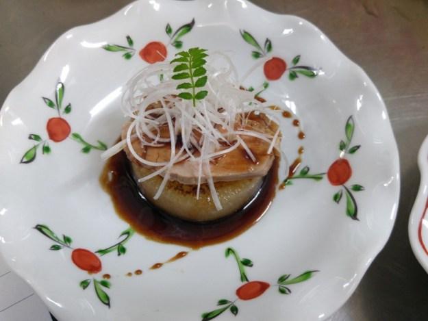 添えているソースは美味しいみりんを煮詰めてバルサミコ酢と合わせたもの。 見た目は洋風ですが、和食です。