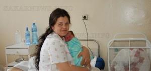 Йълдъз Маринова държи новороденото си момиченце