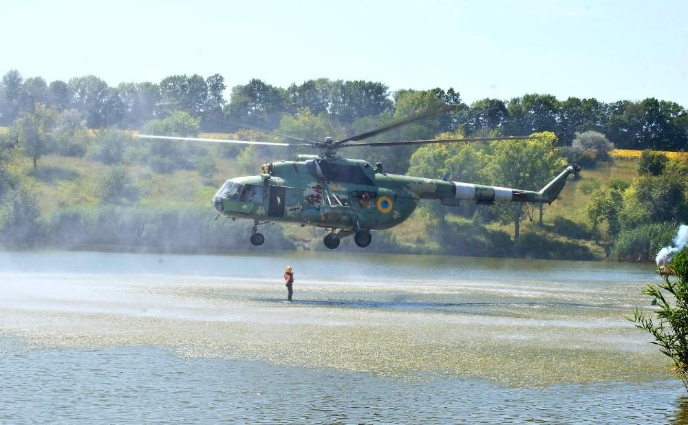Ukrayna'da askeri helikopter tatilcilerin arasında tatbikat yaptı