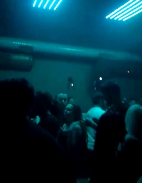 Korona virüsü hiçe sayarak gece kulübünde eğlencenin dibine vurdular