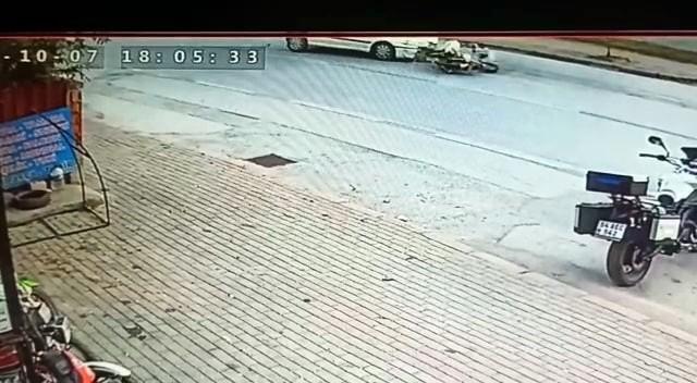 Motosikletin otomobilin altına girdiği anlar kamerada