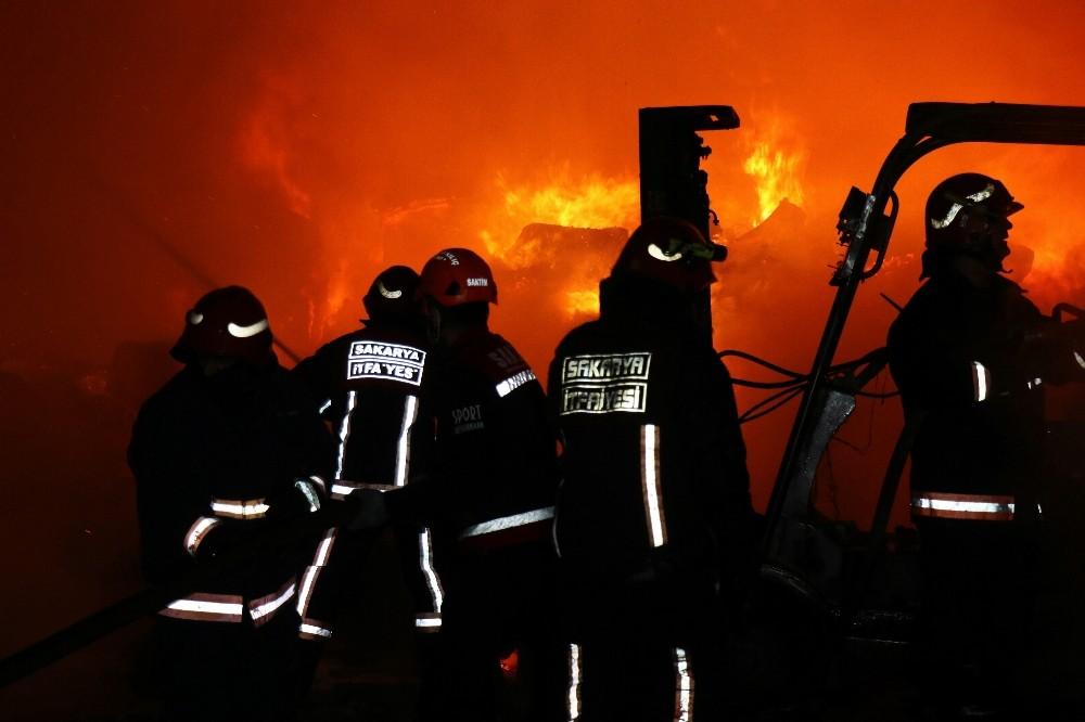Sakarya'da ambalaj fabrikasında çıkan yangın korkuttu