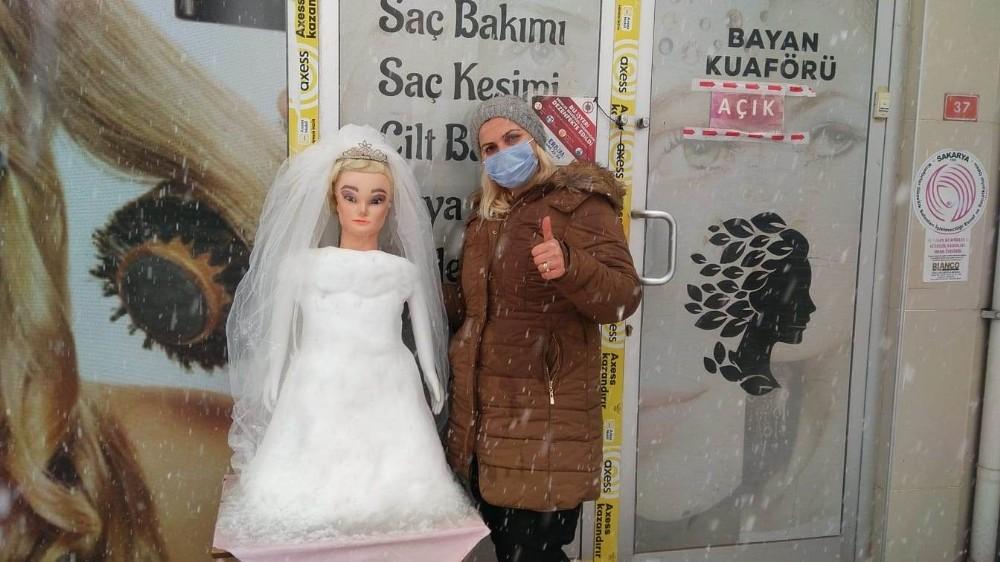 Gelin saçı süsleyemeyince kardan gelin yaptılar