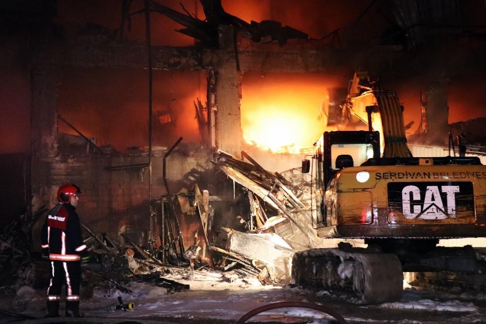 4 iş yerinin küle döndüğü yangın 3 saat sonra kontrol altına alındı
